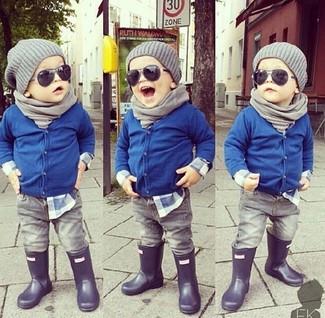 Cómo combinar: botas de lluvia negras, vaqueros grises, camisa de manga larga azul, cárdigan azul
