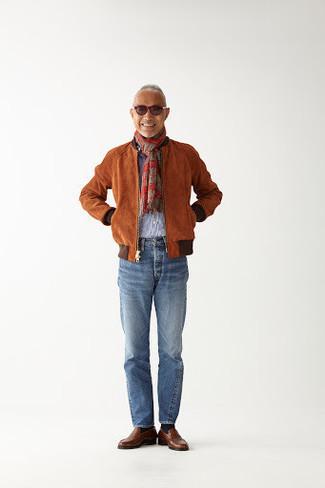 Combinar una bufanda de tartán roja: Una cazadora de aviador de ante en tabaco y una bufanda de tartán roja son una opción incomparable para el fin de semana. ¿Te sientes valiente? Completa tu atuendo con mocasín de cuero marrón.