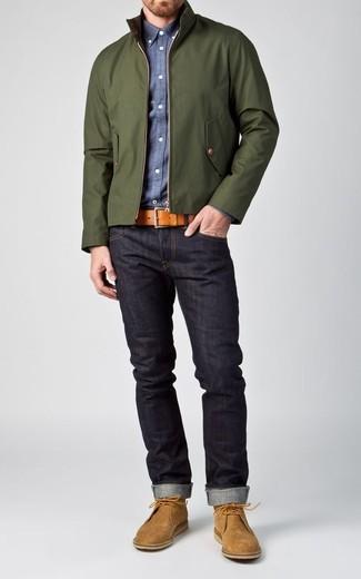 Cómo combinar: botas safari de ante marrón claro, vaqueros azul marino, camisa de manga larga de cambray azul, cazadora harrington verde oscuro