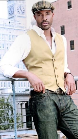 Cómo combinar: gorra inglesa de tartán marrón, vaqueros verde oliva, camisa de manga larga blanca, chaleco de vestir marrón claro