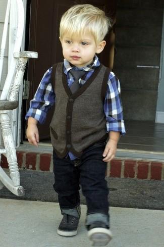 Cómo combinar: zapatillas negras, vaqueros azul marino, camisa de manga larga azul, chaleco de vestir en gris oscuro