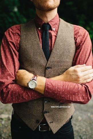 Cómo combinar: corbata de lana negra, vaqueros negros, camisa de manga larga estampada roja, chaleco de vestir de lana de espiguilla marrón