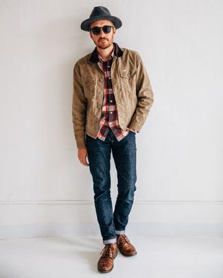 Cómo combinar: botas casual de cuero marrónes, vaqueros azul marino, camisa de manga larga de tartán en blanco y rojo y azul marino, chaqueta con cuello y botones marrón claro