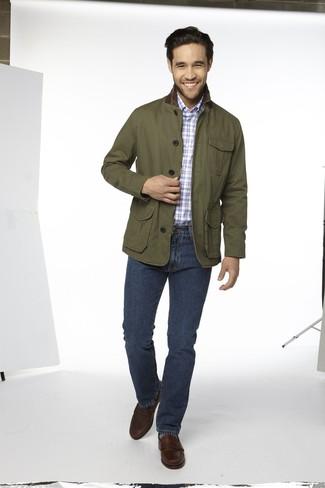 Cómo combinar: mocasín de cuero en marrón oscuro, vaqueros azul marino, camisa de manga larga de tartán celeste, chaqueta con cuello y botones verde oliva