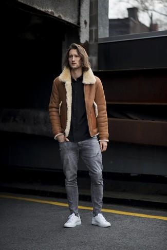 Cómo combinar: tenis de cuero blancos, vaqueros desgastados grises, camisa de manga larga negra, chaqueta de piel de oveja marrón