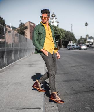 Cómo combinar: botas brogue de cuero marrónes, vaqueros verde oliva, camisa de manga larga de lino amarilla, chaqueta estilo camisa verde oliva