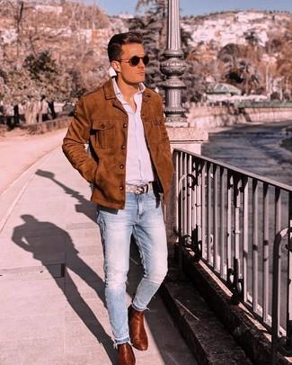 Cómo combinar: botines chelsea de cuero en tabaco, vaqueros celestes, camisa de manga larga de rayas verticales celeste, chaqueta estilo camisa de ante en tabaco