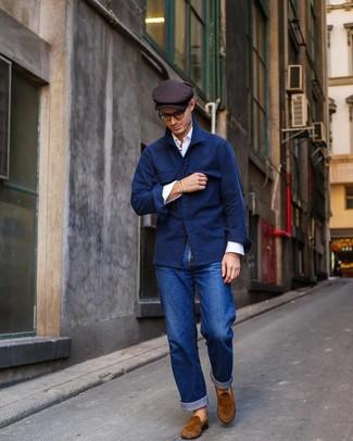 Combinar una gorra inglesa en marrón oscuro: Equípate una chaqueta estilo camisa de lana azul marino con una gorra inglesa en marrón oscuro transmitirán una vibra libre y relajada. ¿Te sientes valiente? Opta por un par de mocasín de ante en tabaco.