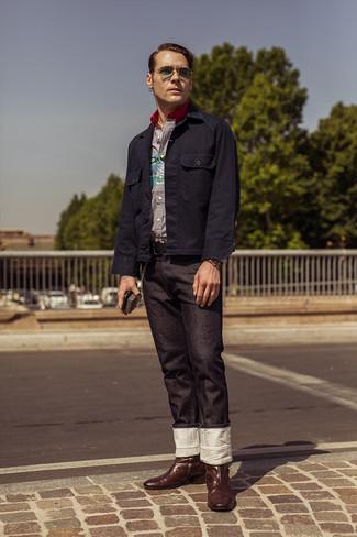 Cómo combinar: botas camperas de cuero en marrón oscuro, vaqueros negros, camisa de manga larga de rayas verticales en blanco y azul marino, chaqueta estilo camisa azul marino