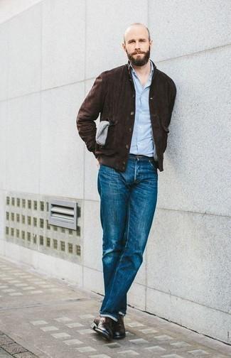 Combinar unos zapatos derby de cuero en marrón oscuro: Opta por una chaqueta estilo camisa de ante en marrón oscuro y unos vaqueros azules para conseguir una apariencia relajada pero elegante. Elige un par de zapatos derby de cuero en marrón oscuro para mostrar tu inteligencia sartorial.