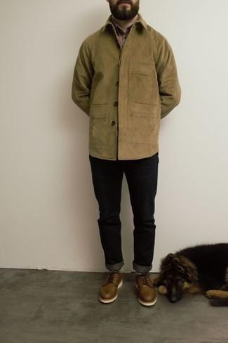 Combinar unos zapatos derby de cuero marrónes: Usa una chaqueta estilo camisa de pana marrón claro y unos vaqueros negros para un almuerzo en domingo con amigos. ¿Te sientes valiente? Elige un par de zapatos derby de cuero marrónes.