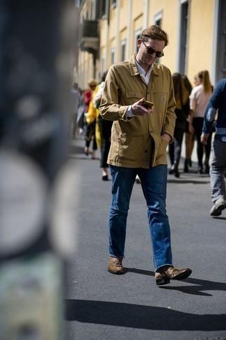 Combinar unas gafas de sol verde oliva: Para un atuendo tan cómodo como tu sillón equípate una chaqueta estilo camisa marrón claro con unas gafas de sol verde oliva. Con el calzado, sé más clásico y usa un par de botines chelsea de ante marrónes.