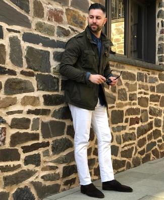 Cómo combinar: mocasín de ante en marrón oscuro, vaqueros blancos, camisa de manga larga de cambray azul marino, chaqueta militar verde oscuro