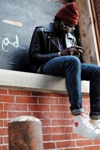 Combinar unos calcetines rojos: Equípate una chaqueta motera de cuero negra con unos calcetines rojos transmitirán una vibra libre y relajada. ¿Te sientes valiente? Haz zapatillas altas de lona estampadas blancas tu calzado.