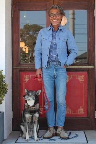 Cómo combinar: botas safari de ante grises, vaqueros azules, camisa de manga larga a cuadros azul, chaqueta vaquera celeste