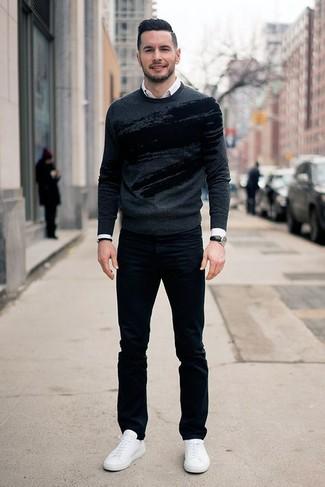 Outfits hombres: Haz de un jersey con cuello circular estampado en gris oscuro y unos vaqueros negros tu atuendo para cualquier sorpresa que haya en el día. Tenis de cuero blancos son una opción inigualable para complementar tu atuendo.