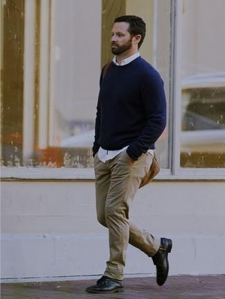 Combinar un jersey con cuello circular azul marino: Elige un jersey con cuello circular azul marino y unos vaqueros en beige para una vestimenta cómoda que queda muy bien junta. Botas casual de cuero negras proporcionarán una estética clásica al conjunto.