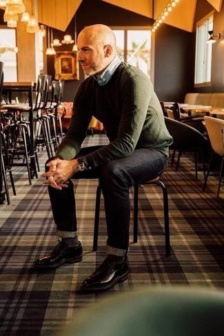 Combinar unos zapatos derby de cuero en marrón oscuro: Elige un jersey con cuello circular verde oliva y unos vaqueros negros para conseguir una apariencia relajada pero elegante. ¿Te sientes valiente? Usa un par de zapatos derby de cuero en marrón oscuro.