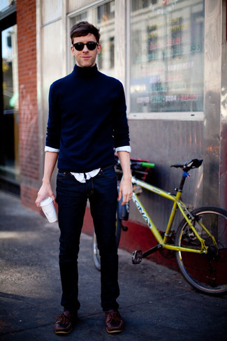 Cómo combinar: náuticos de cuero burdeos, vaqueros azul marino, camisa de manga larga blanca, jersey de cuello alto azul marino