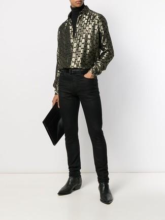 Cómo combinar: botines chelsea de cuero negros, vaqueros negros, camisa de manga larga estampada dorada, jersey de cuello alto negro