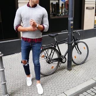 Cómo combinar: tenis blancos, vaqueros desgastados azul marino, camisa de manga larga de tartán en rojo y azul marino, jersey de ochos gris