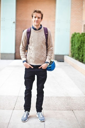 Outfits hombres estilo casuale: Para un atuendo que esté lleno de caracter y personalidad usa un jersey de ochos en beige y unos vaqueros azul marino. ¿Te sientes valiente? Completa tu atuendo con deportivas azules.