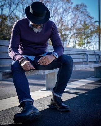 Combinar unas botas casual: Para crear una apariencia para un almuerzo con amigos en el fin de semana utiliza un jersey de pico morado oscuro y unos vaqueros azul marino. Haz botas casual tu calzado para mostrar tu inteligencia sartorial.
