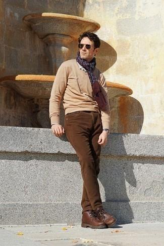 Outfits hombres: Considera ponerse un jersey de pico marrón claro y unos vaqueros de pana marrónes para un almuerzo en domingo con amigos. Botas safari de cuero marrónes son una opción estupenda para complementar tu atuendo.