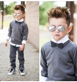 Cómo combinar: zapatillas blancas, vaqueros grises, camisa de manga larga blanca, jersey gris