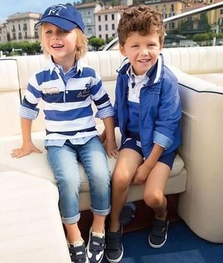 Cómo combinar: zapatillas en negro y blanco, vaqueros celestes, camisa de manga larga de tartán celeste, jersey de rayas horizontales en blanco y azul