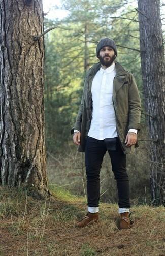 Outfits hombres: Intenta combinar una parka verde oliva con unos vaqueros negros para un look agradable de fin de semana. Elige un par de botas safari de ante marrónes para mostrar tu inteligencia sartorial.