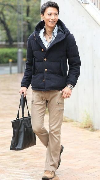 Outfits hombres en clima frío: Si buscas un estilo adecuado y a la moda, opta por un plumífero azul marino y unos vaqueros marrón claro. Botas safari de ante en beige son una opción buena para completar este atuendo.