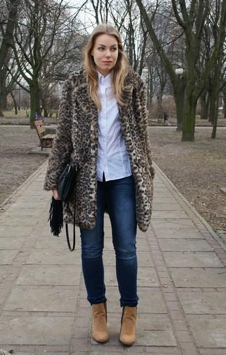 Cómo combinar: botines de ante marrón claro, vaqueros azul marino, camisa de vestir blanca, abrigo de piel de leopardo marrón