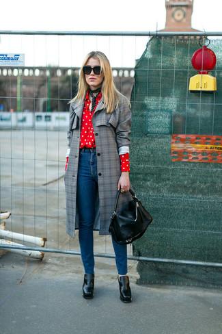 Cómo combinar: botines de cuero negros, vaqueros azules, camisa de vestir a lunares en rojo y blanco, abrigo a cuadros gris