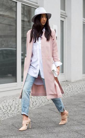 Cómo combinar: chinelas de ante en beige, vaqueros desgastados celestes, camisa de vestir blanca, abrigo rosado