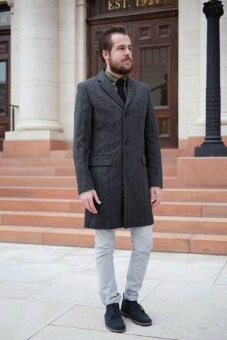Cómo combinar: botas safari de ante azul marino, vaqueros grises, camisa de vestir estampada verde oliva, abrigo largo en gris oscuro