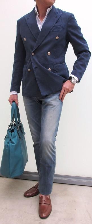 Cómo combinar: mocasín de cuero marrón, vaqueros azules, camisa de vestir blanca, blazer cruzado de algodón azul marino