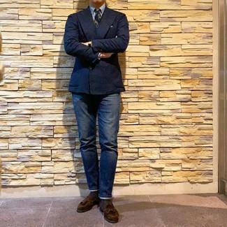 Combinar una corbata de rayas horizontales verde oscuro: Casa un blazer cruzado azul marino con una corbata de rayas horizontales verde oscuro para rebosar clase y sofisticación. ¿Por qué no añadir mocasín con borlas de ante en marrón oscuro a la combinación para dar una sensación más relajada?