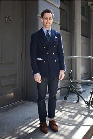 Combinar un pañuelo de bolsillo azul marino: Empareja un blazer cruzado azul marino junto a un pañuelo de bolsillo azul marino para una apariencia fácil de vestir para todos los días. Con el calzado, sé más clásico y usa un par de zapatos con doble hebilla de ante en marrón oscuro.