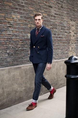 Combinar una corbata de tartán en rojo y azul marino: Elige un blazer cruzado azul marino y una corbata de tartán en rojo y azul marino para rebosar clase y sofisticación. Si no quieres vestir totalmente formal, usa un par de mocasín con borlas de ante marrón.