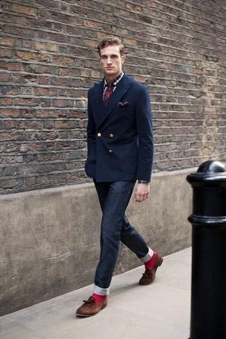 Combinar una corbata de tartán en rojo y azul marino: Considera emparejar un blazer cruzado azul marino con una corbata de tartán en rojo y azul marino para rebosar clase y sofisticación. ¿Quieres elegir un zapato informal? Usa un par de mocasín con borlas de ante marrón para el día.
