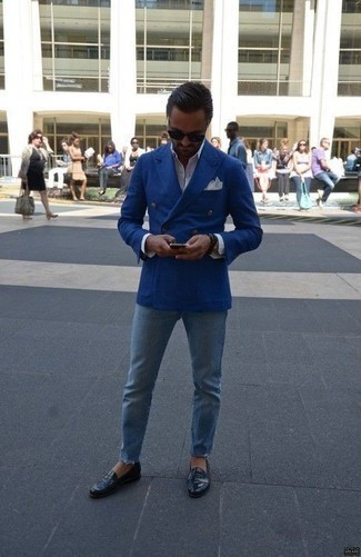 Combinar un mocasín de cuero negro: Empareja un blazer cruzado azul con unos vaqueros celestes para lograr un look de vestir pero no muy formal. ¿Te sientes valiente? Usa un par de mocasín de cuero negro.