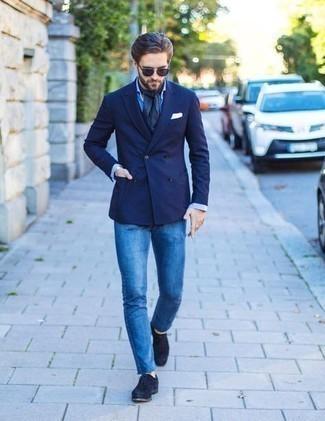 Combinar un blazer cruzado: Considera ponerse un blazer cruzado y unos vaqueros azules para lograr un look de vestir pero no muy formal. Completa tu atuendo con zapatos oxford de ante azul marino para mostrar tu inteligencia sartorial.