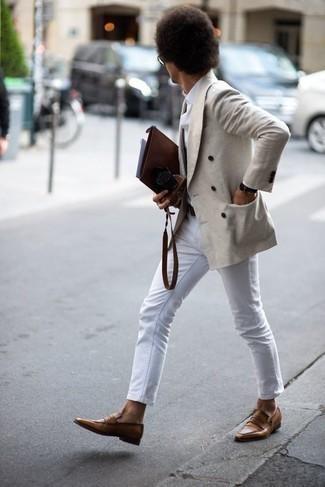 Combinar un blazer cruzado: Si buscas un look en tendencia pero clásico, ponte un blazer cruzado y unos vaqueros blancos. Haz mocasín de cuero marrón tu calzado para mostrar tu inteligencia sartorial.