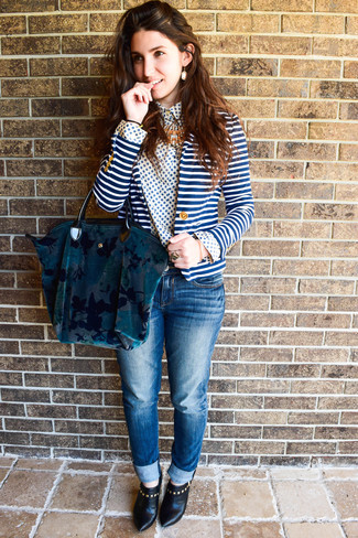 Cómo combinar: botines de cuero negros, vaqueros azules, camisa de vestir con print de flores en blanco y azul, blazer de rayas horizontales en blanco y azul