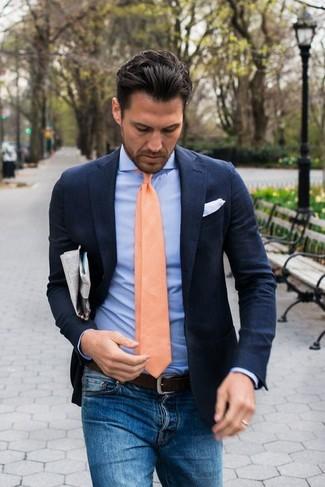 Look de moda: Corbata naranja, Vaqueros azules, Camisa de vestir celeste, Blazer de lino azul marino
