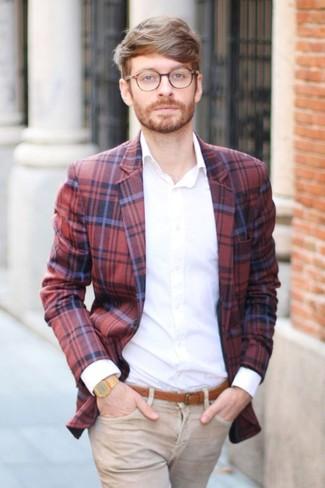 Cómo combinar: correa de cuero en tabaco, vaqueros marrón claro, camisa de vestir blanca, blazer de tartán en rojo y azul marino