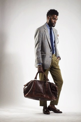 Cómo combinar: mocasín con borlas de cuero en marrón oscuro, vaqueros de pana verde oliva, camisa de vestir celeste, blazer de tartán gris
