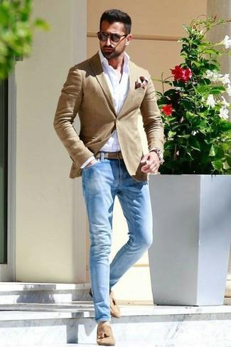 Cómo combinar: mocasín con borlas de ante marrón claro, vaqueros celestes, camisa de vestir blanca, blazer marrón claro