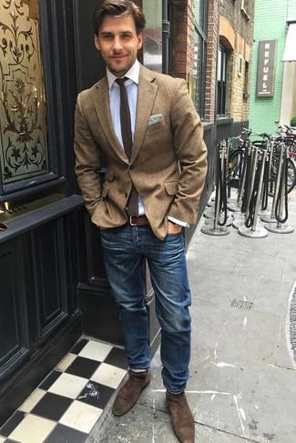 Cómo combinar: botines chelsea de ante marrónes, vaqueros azules, camisa de vestir celeste, blazer de lana marrón